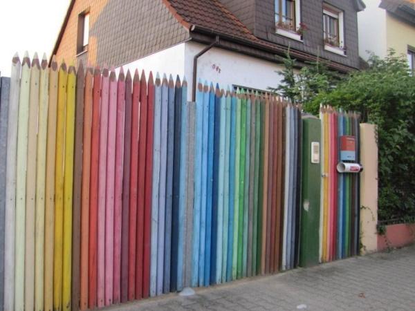 разноцветный деревянный забор